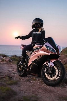 Motos Kawasaki, Kawasaki Motorcycles, Cars And Motorcycles, Vintage Motorcycles, Motos Honda, Motorbike Girl, Motorcycle Bike, Women Motorcycle, Motorcycle Design