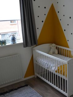 Neutrale babykamer met okergele accenten. Baby Room Neutral, Nursery Neutral, Baby Bedroom, Baby Room Decor, Boy Room, Kids Room, Wall Colors, Home And Family, Decoration