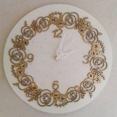 Relógio Off-white com arabesco dourado velho ouro, detalhes em pérolas e Swarovski.