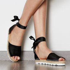 This sandals is designed with lace-up details and thick sole. It is suitable with spring, summer and autumn. You can wear it when you go to outdoors.