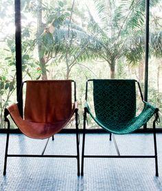 Inspirada na rede, a poltrona Tripé nasceu em 1948. A primeira versão foi produzida com madeira e assento de couro, e, um ano depois, Lina encomendou este modelo de metal a um serralheiro. A versão com manta de algodão (à direita) é feita por artesãs mineiras. #cadeira #chair #rede