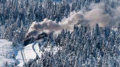 Jornal Extra - O trem corta a floresta coberta de neve do Parque Nacional de Harz, na Alemanha (Foto: AP / Jens Schlueter)