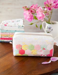 This adorable Hexie Block Zip Pouch is easy to make with hexagon cheater fabric! These simple zip pouches make perfect gifts. Small Sewing Projects, Sewing Projects For Beginners, Sewing Tutorials, Tutorial Sewing, Bag Tutorials, Sewing Tips, Sewing Ideas, Pouch Pattern, Purse Patterns