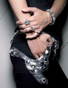 Vogue Paris septembre 2007 bijoux Thomas Lagrange http://www.vogue.fr/joaillerie/news-joaillerie/diaporama/les-diamants-dans-vogue-paris-patrick-demarchelier-giampaolo-sgura-claudia-stefan/13101/image/751192#!vogue-paris-septembre-2007-bijoux-thomas-lagrange