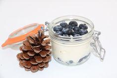 Ingredienti: 170 gr di yogurt greco 0,1 50 gr di mirtilli 20 gr di whey alla vaniglia Procedimento: Mescolare le whey con lo yogurt, finché diventa cremoso. In un vasetto mettere metà mirtilli, versare la crema di yogurt e decorare con i restanti mirtilli. Snack velocissimo da portare anche con… Continua