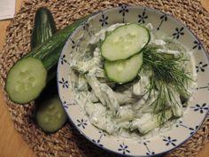 Komkommersalade kopen? Niet doen! Een zelfgemaakte komkommersalade is echt lekkerder. Dat bewijzen we graag met deze eenvoudige komkommersalade met dille. Lekker op een toastje, maar ook als bijgerecht of op een broodje gezond. Salad Dressing Recipes, Green Beans, Cucumber, Salads, Bbq, Food And Drink, Healthy Recipes, Healthy Food, Lunch