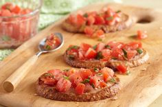 What's not to love about a bruschetta recipe that features bacon? Chopped tomatoes, parsley and Parmesan cheese meet up with crumbled bacon in this tasty bruschetta appetizer. Kraft Recipes, Fall Recipes, Yummy Appetizers, Appetizers For Party, Appetizer Recipes, Cream Cheese Spreads, Cooking For Two, Cooking Instructions, Saveur