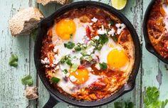 Köstliche Mixtur: Das Zusammenspiel aus würzig-scharfer Tomatensauce und darin gegarten Eiern begeistert derzeit die Foodie-Szene weltweit.