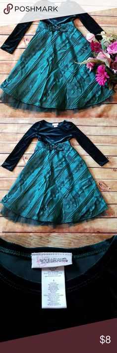 🌹Girls Green Velvet Dress, Size 6 Gorgeous green velvet bodice and green satin skirt with ribbon detail. Youngland, Size 6.  Flaws to note ~ the faux rhinestone circle at waist line is broke. Also one ribbon on the back of the skirt is fraying.  All shown in pics. Youngland Dresses Formal