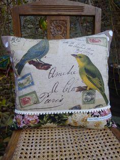 """Pour Noël : coussin carré romantique et rétro, oiseaux, fleurs et pompons """"Le cabinet de curiosités"""" : Textiles et tapis par son-altesse-aux-petits-pois"""