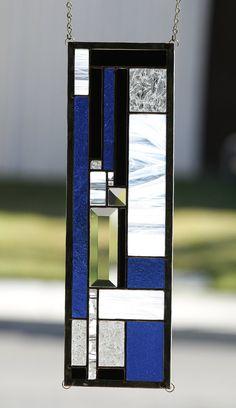 Dimensions approximatives : 16-7/8 x 5-1/4 Vivante et rythmique, COOL JAZZ est un petit morceau de vitrail qui est grand sur la couleur et de style. Dynamique bleu cobalt verre texturé, verre opaque noir de jais, à motifs verre clair, et blanc et transparent « verre vaporeux » est combiné dans un motif géométrique qui rappelle des conceptions classiques de style Art déco. Deux biseaux clair facetté ajoute de l'éclat et des touches de verre noir et blanc « fracture » ajoutent de l'i... Stained Glass Patterns Free, Stained Glass Birds, Stained Glass Designs, Stained Glass Projects, Stained Glass Windows, Stained Glass Window Hangings, Modern Stained Glass Panels, L'art Du Vitrail, Bleu Cobalt