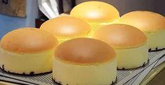 Japonci jsou proslulí v cukrářském umění. Jejich nadýchané vysoké dorty jsou již legendárními a oblíbenými pochoutkami, které se učí připravovat profesionálové i amatéři po celém světě. Přestože jsou použitými surovinami velice podobné našim dortům, přesto vypadají i chutnají jinak, což je to nejvíce fascinující na veškerých japonských receptech. Kouzlo totiž tkví v postupu, jehož složitosti se Japonci nebojí, a vytváří tak neuvěřitelná kulinářská díla. My vám nyní přinášíme recept na… Japanese Cheesecake, Fruit Bread, Czech Recipes, Chiffon Cake, Sponge Cake, Cake Recipes, Bakery, Good Food, Food And Drink