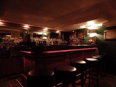Versteckt unter einem spanischen Tapas-Restaurant in der Gräfestraße hat auch diese Bar kein eigenes Schild. Finde statt dessen das Restaurant und bitte jemanden, Dir die Stufen zu zeigen, die in diese Flüsterkneipe im New Yorker Stil mit europäischen Einflüssen führen. Hier gibt es ebenfalls keine Karte, dafür aber viele ordentliche Spirituosen (ganz besonders Gin. SEHR VIEL Gin) und begeisterte Barkeeper, die Dir etwas nach Deinem Geschmack mischen.
