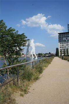 Molekülmann ist in der Spree zwischen Elsenbrücke und Oberbaumbrücke nahe dem Schnittpunkt der drei Stadtteile Kreuzberg, Alt-Treptow und Friedrichshain aufgestellt geworden.