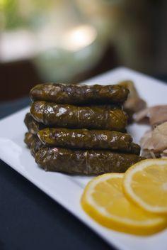 Yabraq (feuilles de vignes farcies) Armenian Recipes, Lebanese Recipes, Turkish Recipes, Spicy Recipes, Syrian Recipes, Grape Leaves Recipe, Plats Ramadan, Stuffed Grape Leaves, Homemade Dinner Rolls