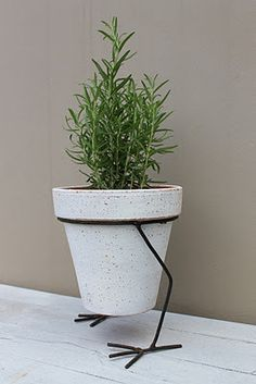 Maybe for an Alice in Wonderland themed garden? This reminds me of the walking pencils and scissors in Tulgey Wood. House Plants Decor, Plant Decor, Metal Planters, Planter Pots, Alice In Wonderland Garden, Metal Plant Stand, Decoration Plante, Flower Stands, Iron Decor