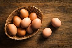 Brown egg laying hens consistently appear on best egg layer lists and can be the backbone of a productive backyard flock, many laying more than 200 eggs per year. Author Pam Freeman discusses 15 great breeds to consider. Fresh Chicken, Chicken Eggs, Farm Chicken, Backyard Poultry, Chickens Backyard, Largest Chicken Breed, Chefs, Best Egg Laying Chickens, Laying Hens