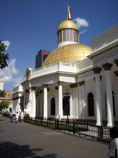 El Capitolio de Caracas o Palacio Federal como también se le conoce, este fue construido en el año 1872. Durante el gobierno del General Guzmán Blanco, fue su primera obra de importancia. En la actualidad es la sede de la Asamblea Nacional y fue construido por el ingeniero-arquitecto Luciano Urdaneta.