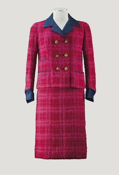 Chanel 1963 fuchsia tweed skirt suit with navy silk facings and gilt lion mask buttons. Chanel Outfit, Chanel Jacket, Chanel Fashion, 1960s Fashion, Timeless Fashion, Vintage Fashion, Chanel Style, Vintage Beauty, Chanel Couture