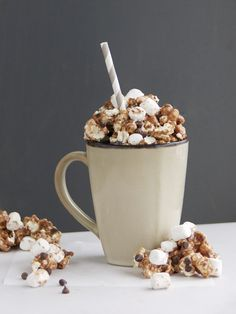 Hot Cocoa Marshmallow Popcorn - Easy and deliciously full of chocolate!