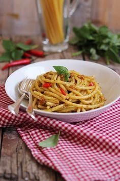 Bucatini con pesto alla siciliana