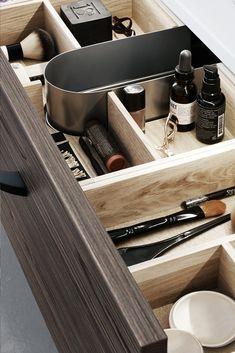 Med skuffeinndelere i forskjellige størrelser gjør det enkelt å ha oversikt og holde orden. På den måten kan både sminkekoster, hårstrikker, barbermaskiner og annet få sin faste plass. Her ser du praktisk skuffeinnsats, eske i eik, stikkontakt og skittentøykurv - alt fra Dansani. Les mer om smart oppbevaring til badet på bademiljo.no! #baderom #oppbevaring Corner Storage, Storage Ideas, Shelves, Blog, Home, Design, Decor, Small Baths, Shelving