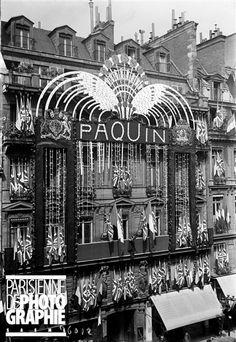 Rue de la Paix, la maison de couture Paquin décorée pour la visite du roi George V d'Angleterre. Paris (IIème arr.), avril 1914 - Photo de Maurice-Louis Branger