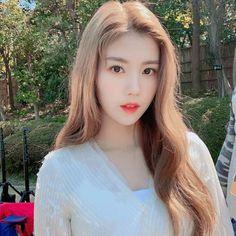 Happy Eid mubarak for who celebrate it 🙏✨ . Yuri, Blonde Asian, Eyes On Me, Gfriend Yuju, Ulzzang Korean Girl, Japanese Girl Group, Grunge Girl, The Wiz, Girl Power