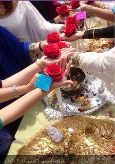 ليلة الحنة وهي الليلة التي تسبق يوم الزفّة في العراق حيث يحضر صديقات العروس وأهل العريس لغرض وضع الحنة العروسة .... Henna Party, Wedding Photos, Wedding Ideas, Wedding Decorations, Table Decorations, Big Day, Islamic, Wedding Gifts, Birthdays