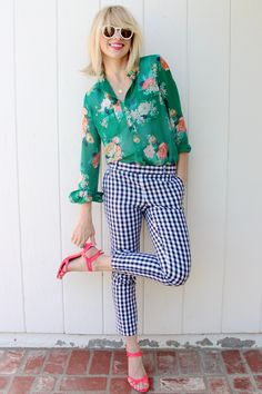 floral blouse + gingham pants - still loving mixed prints! Spring Fashion Outfits, Look Fashion, Spring Summer Fashion, Fashion Tips, Fashion Trends, Korean Fashion, Retro Fashion, 2000s Fashion, Diy Fashion