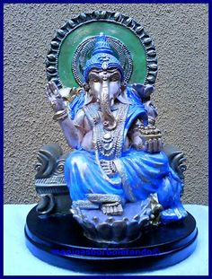 Um deus com corpo de menino e cabeça de elefante. Ganesha é assim porque teve a cabeça equivocadamente degolada por seu pai, Shiva. Desesperado, Shiva promete à mulher, Parvati, que colocaria no garoto a cabeça do primeiro ser vivo que encontrasse e foi um elefante recém-nascido. Embora o resultado tenha sido inusitado, o deus Vishnu concedeu uma bênção especial a Ganesha: ele sempre seria reverenciado em primeiro lugar em qualquer cerimônia. Por isso, é o deus mais adorado da Índia e…
