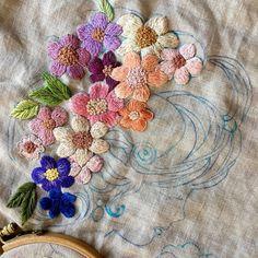 -2017/07/23 아가씨 머리 꽃단장하기 갈길이 멀다~ . . . . . By Alley's home #embroidery#homemade#homedecor#needlework#antique#ribbonembroidery#embroideredflowers#silkribbons#silkribbonembroidery#프랑스자수#서양자수#진해프랑스자수#창원프랑스자수#마산프랑스자수#리본자수#꽃자수#자수타그램#실크리본자수#앨리의프랑스자수#자수소품#손자수#리본자수수업#꽃다발자수#창원프랑스자수수업#창원리본자수수업#진해이동앨리하우스#아웃라인필링스티치#자수쿠션#진해자수클래스