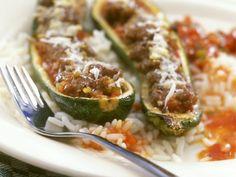 Zucchinischiffchen mit Hackfüllung ist ein Rezept mit frischen Zutaten aus der Kategorie Blütengemüse. Probieren Sie dieses und weitere Rezepte von EAT SMARTER!