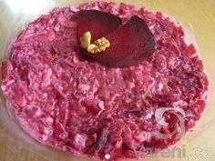 Červenou řepu lze upravit na mnoho způsobů. V tomto receptu červenou řepu doplňuje niva a ořechy.