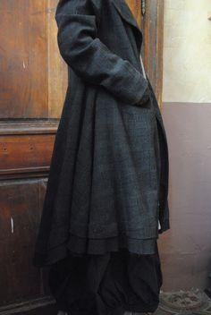 ...un manteau redingote en drap de laine et un écharpe en lin...