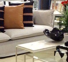 Decoração em texturas! Muranos, linho e couro valorizando seu estar. Love Seat, Furniture, Home Decor, Leather, Houses, Trendy Tree, Small Sofa, Interior Design, Home Interior Design