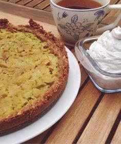 Pähkinä-raparperipaistos (gluteeniton, vegaaninen) Pohja: 1 pss Pähkinämixiä rouhittuna 2,5 dl täysjyväriisijauhoja 2,5 dl kookossokeria 1/4 tl suolaa 1/2 tl leivinjauhetta 4 rkl kookosöljyä sekoita aineet tasaiseksi ja painele pohja uunivuokaan Täyte: 4 vartta raparperia = n. 1 l kuutioita 1 rkl vettä 2 rkl kookossokeria esikypsennä raparperit sokerin ja veden kanssa kattilassa kunnes raparperit hieman pehmenevät. Lisää täyte pohjan päälle ja paista 150C 20-30min