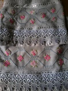 toalha de rosto e lavaboPepa Magalhãe ponto reto e ilhós Drawn Thread, Soft Towels, Bargello, Rococo, Baby Quilts, Color Schemes, Embroidery Designs, Cross Stitch, Crochet