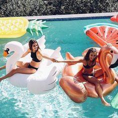 Es ist ein perfekter Tag hier, um die Schlauchboote in den Pool zu bri… Photos Bff, Best Friend Photos, Best Friend Goals, Friend Pics, Bff Pics, Summer Feeling, Summer Vibes, Shotting Photo, Cute Friend Pictures
