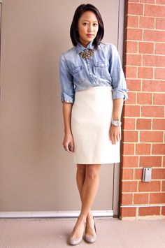 White pencil skirt outfits are most trendy skirts to the fashionable women. Let's pick your best white skirts of 2016 to get sexier and stylish look. Beige Skirt Outfit, White Skirt Outfits, Midi Skirt Outfit, Pencil Skirt Outfits, Winter Skirt Outfit, White Skirts, Chic Outfits, Work Outfits, Teacher Outfits
