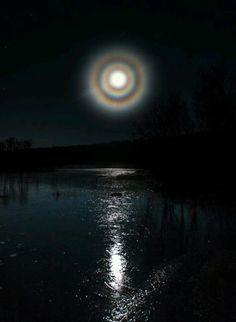 Sky Photos   Daily Beautiful Pictures    Arare triple halo entoure la pleine lune.