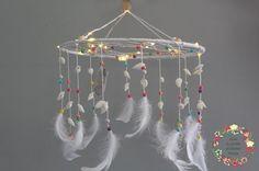 Attrape reves - Capteur de rêves - Dreamcatcher lumineux Style boheme, tons colorés. plumes coquillages et perles. guirlande électrique. Déco mariage, salon, chambre. Naissance, veilleuse, mobile, enfants, salle de bain.