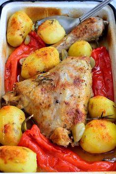 Pulpă de curcan la tavă cu cartofi, ardei şi rozmarin Romanian Food, Cordon Bleu, Cookie Recipes, Good Food, Food And Drink, Turkey, Soup, Tasty, Snacks