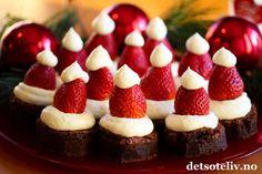 Dette er en artig måte å pynte konfektaktige sjokoladebrownies på. Nisseluer laget av jordbær og ostekrem gir god smak og søt julestemning.