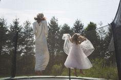 Frankie Rayder et sa fille sautant en trampoline dans les Hamptons. On dirait des anges. Par Cass Bird http://www.vogue.fr/photo/le-portfolio-de/diaporama/le-portfolio-de-cass-bird/9961/image/619485