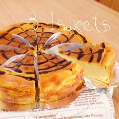 ♡混ぜるだけ♡さつまいものクリームチーズケーキ♡     チンして混ぜるだけ♡♡ しっとり優しい甘さの薩摩芋のチーズケーキです(*^^*)♫ お好きな品種のさつまいもでお試し下さい( •ॢ◡-ॢ)-♡ 【18cm底取れ型】 さつまいも:270g ●クリームチーズ:200g ●砂糖:70g ●卵:2個 ●牛乳:100cc ●生クリーム:100cc 小麦粉:20g (牛乳、生クリームはどちらかで200ccでも大丈夫です♡もちろん豆乳もOK)  オーブンを170度に余熱しておく   さつまいもを小さく切ってレンジで柔らかくする  フープロかミキサーに柔らかくしたさつまいもと●の材料全て入れて混ぜる ボウルに移し小麦粉を振り入れさっくり混ぜる    余熱したオーブンで45分~50分位焼く☻フープロorミキサーにお任せでとっても簡単にできます( ˘̴͈́ ॢ꒵ॢ ˘̴͈̀ )♡☻さつまいもをかぼちゃに変えても♡水分の多いかぼちゃなら牛乳、生クリームの量を減らして下さい( •ॢ◡-ॢ)-♡