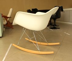 Cadeira DAR de Balanço do designer Charles Eames. Ideal para leitura e amamentação, item obrigatório em qualquer decoração, ela pode estar complementando um espaço vazio na sua sala ou ficar ao lado na cabeceira da cama.