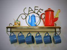 Porta xícaras Café. <br>Lindo objeto de decoração para sua cozinha. <br> <br>Cores do bule sujeito a disponibilidade no estoque.