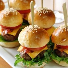 ミニハンバーガー、可愛いですね♪満腹にならないくらいのサイズで、軽く食べられるのがフィンガーフードならでは。ミニバンズは通販などで手に入るようですよ。