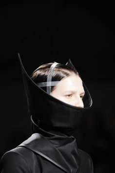 Sculptural Fashion - black Dress with dramatic Collar Mask by Gareth Pugh 3d Fashion, Weird Fashion, Fashion Details, Fashion Black, Style Fashion, Fashion Design, Structured Fashion, Art Costume, Fashion Forecasting